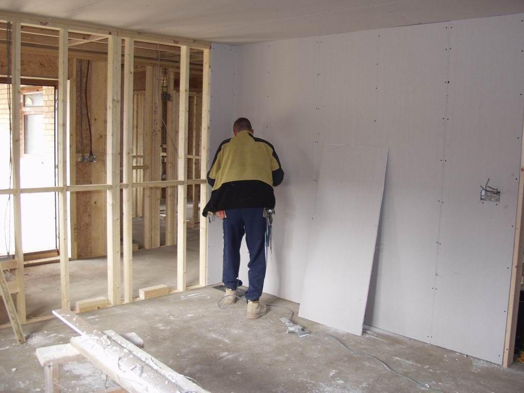 Как выровнять деревянные стены гипсокартоном своими руками