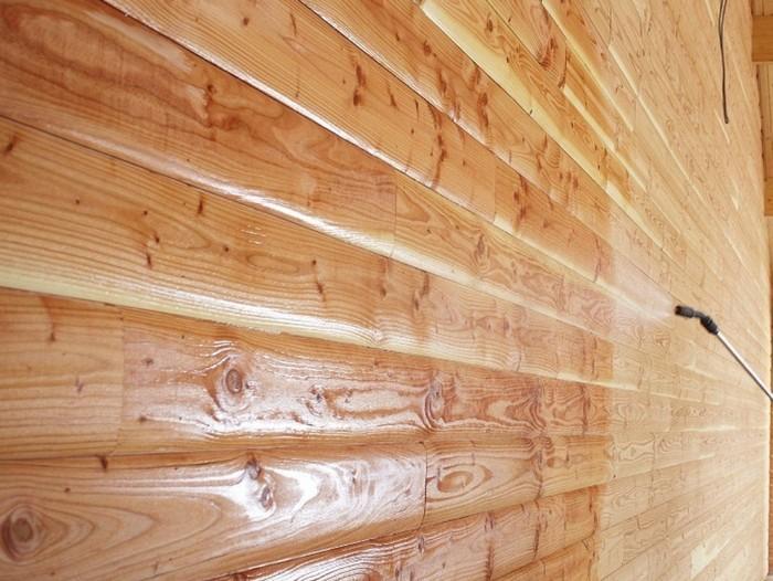 Деревянные стены обрабатывают антибактериальным средством