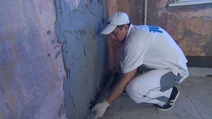 Оштукатуривать стену раствором необходимо небольшими участками
