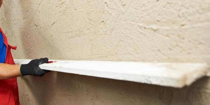 Проведение работ по выравниванию стен штукатуркой без маяков требует много сил и времени
