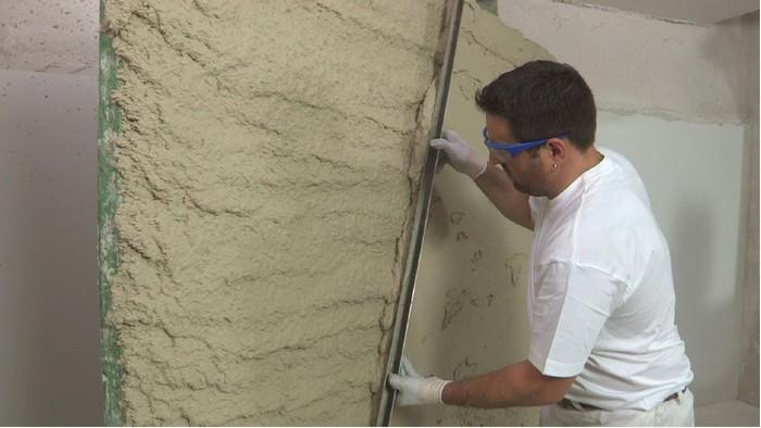 Самым простым способом сэкономить является оштукатуривание стен без маяков