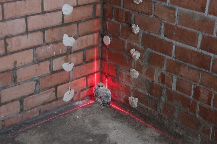 Установка маяков осуществляется с помощью лазерного нивелира, отвеса, линейки либо строительного уровня