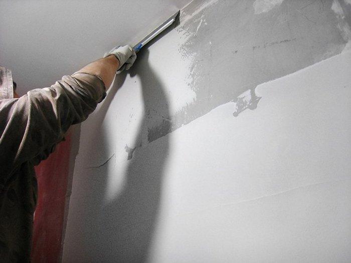 Для окрашивания требуется особая гладкость и ровность штукатурки стен