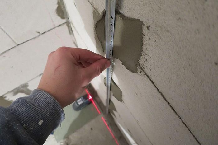 Для выравнивания стен в ванной оштукатуривание выполняют по маякам