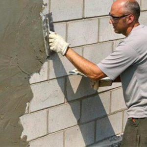 Фасадную штукатурку на газобетонные стены лучше делать по весне, когда обеспечиваются оптимальные внешние уловия