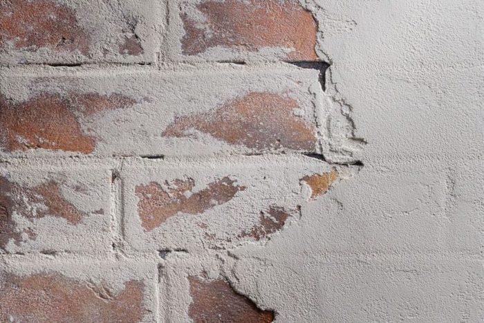 Известковая штукатурка имеет менее прочное основание под плитку, в отличие от цементно-песчаной штукатурки