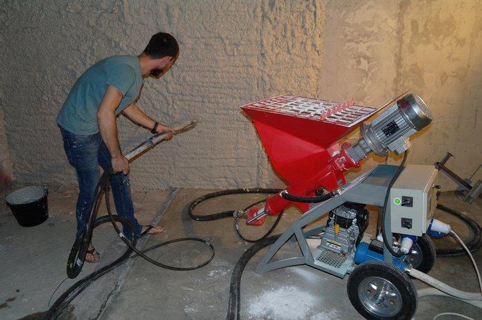 Нанесение штукатурки при помощи машины – довольно новый метод механизации этого процесса