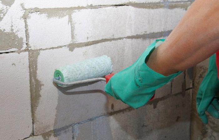 Оштукатуривание стен из газобетона внутри помещения начинать следует с подготовки поверхности