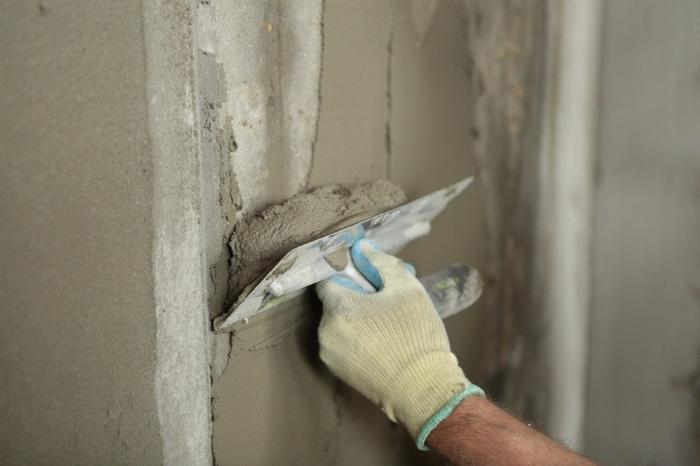 С помощью оштукатуривания бетонных стен их защищают от разрушающих факторов