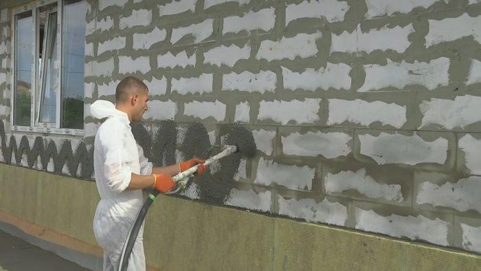 Штукатурить фасад домов из газобетона нужно в последнюю очередь