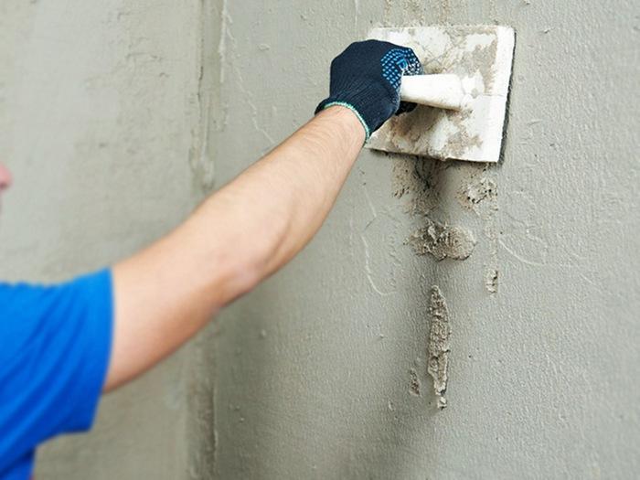Выравнивание поверхности штукатурным слоем позволяет устранить неровности