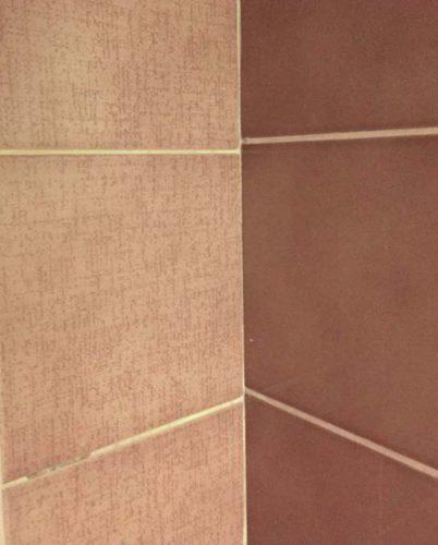 Дефекты будущей плитки из-за неровности стен
