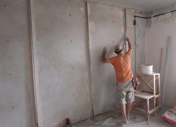 Маяки на бетонной стене