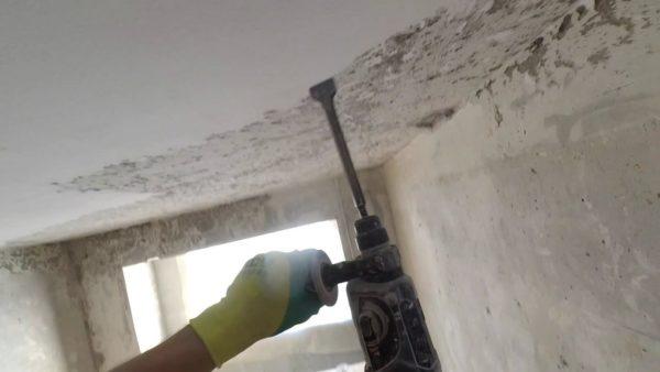 Демонтаж старой штукатурки на потолке