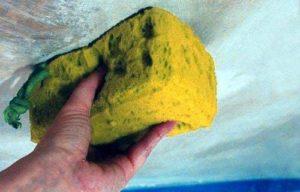 Промывка потолка губкой