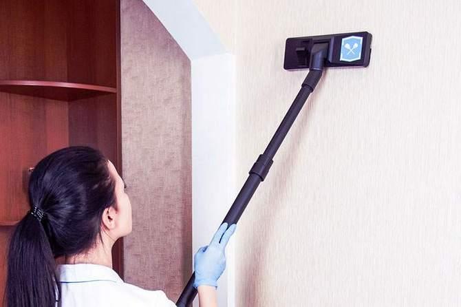 Пыль со стен с жидкими обоями можно собирать пылесосом