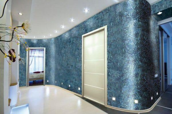 Сочетание темных стен и светлого пола в коридоре