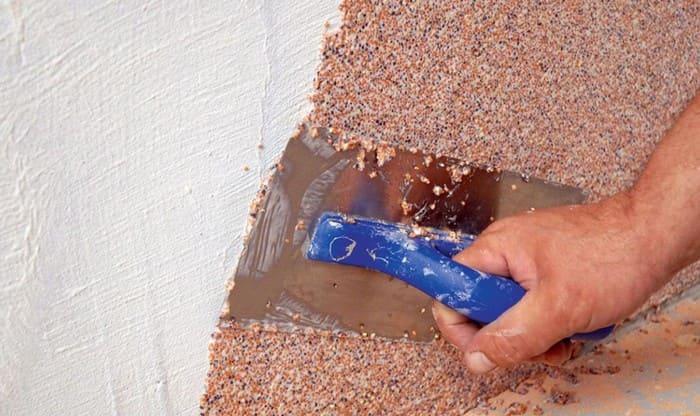Нанесение мозаичной штукатурки на стены