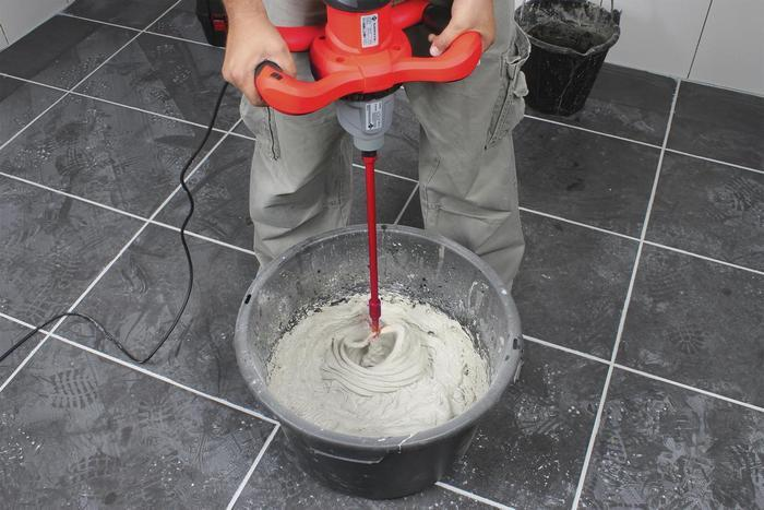 Для получения однородного раствора используется строительный миксер