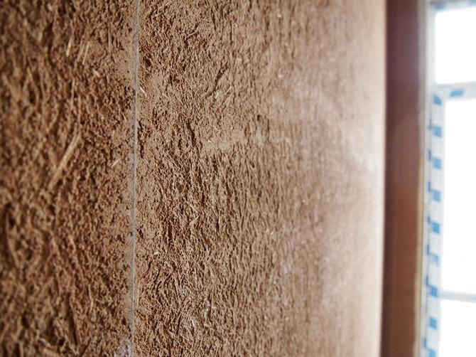 Штукатурка из глины довольно сложно наносится на стены
