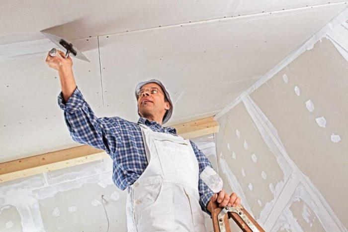 Гипсокартонный потолок оштукатуривается проще всего