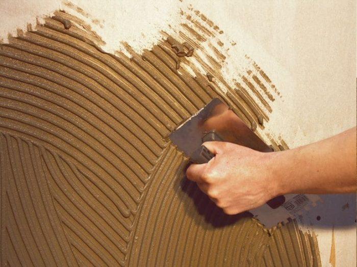 Глиняная штукатурка имеет специфический коричневатый цвет