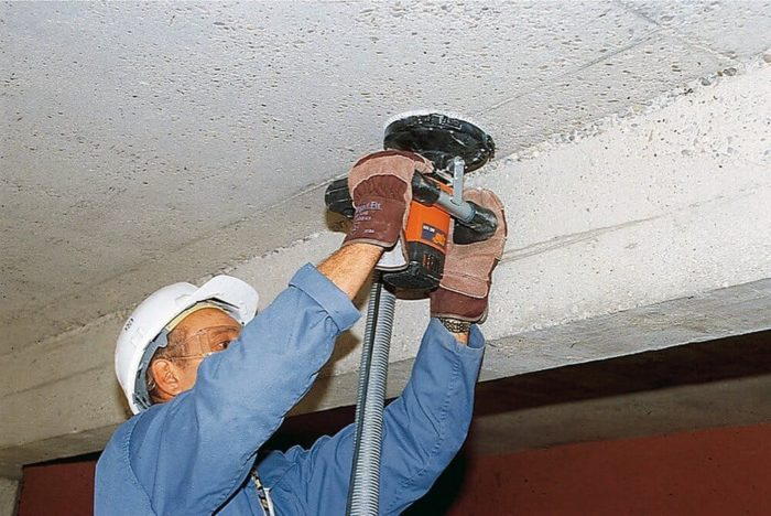 Механическое удаление штукатурки с потолка