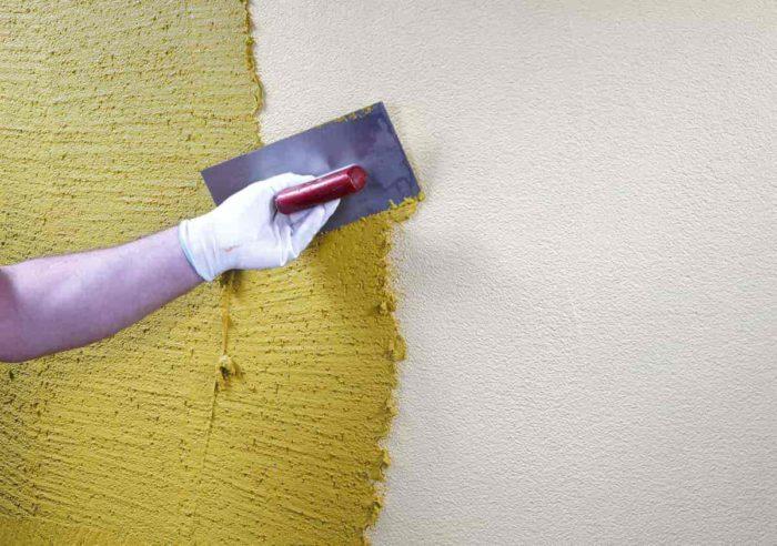 Нанесение декоративной штукатурки на подготовленную стену из ГКЛ