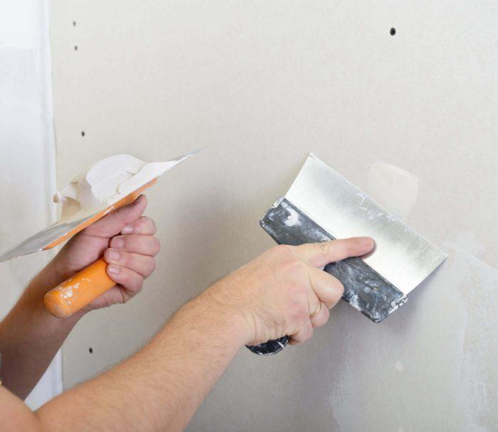 Нанесение гипсовой штукатурки на стену из ГКЛ