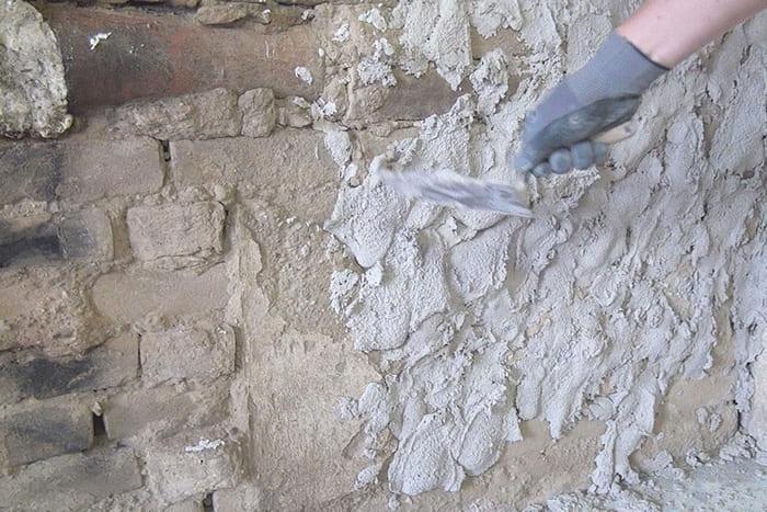 Обрызг обеспечивает сцепление покрытия со стеной