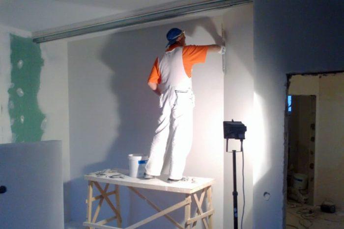 Оштукатуривание ГКЛ начинают с потолка