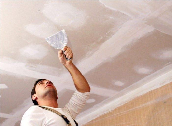 Перед оштукатуриванием потолок необходимо подготовить