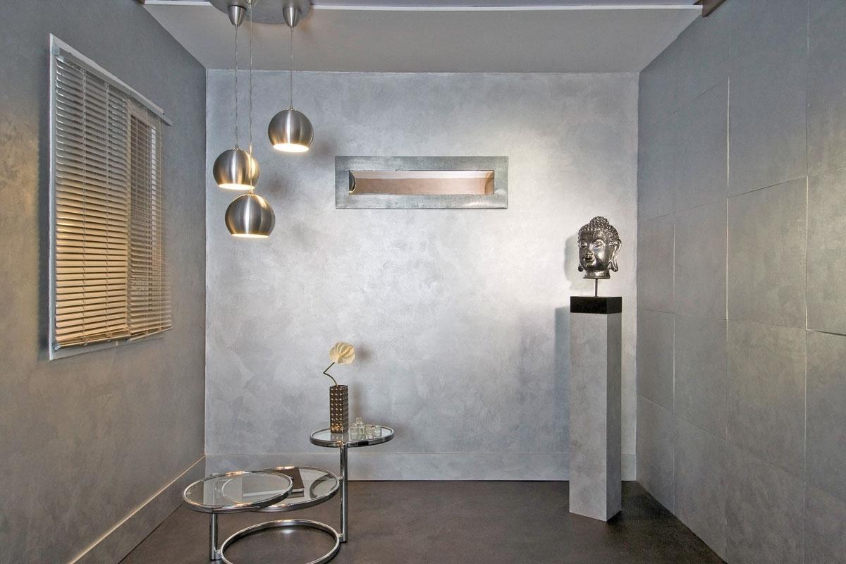 Серебро наполняет комнату таинственностью