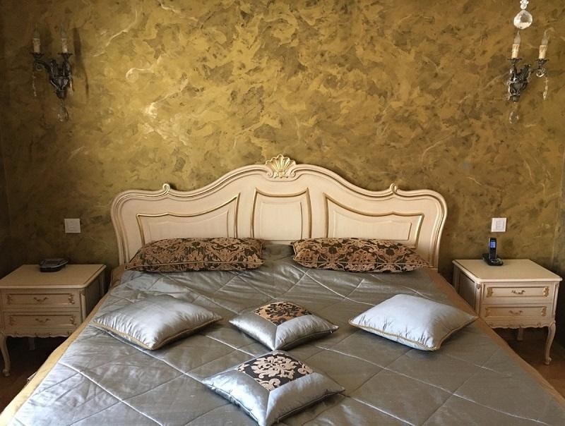 Спальня с венецианской штукатуркой на стенах