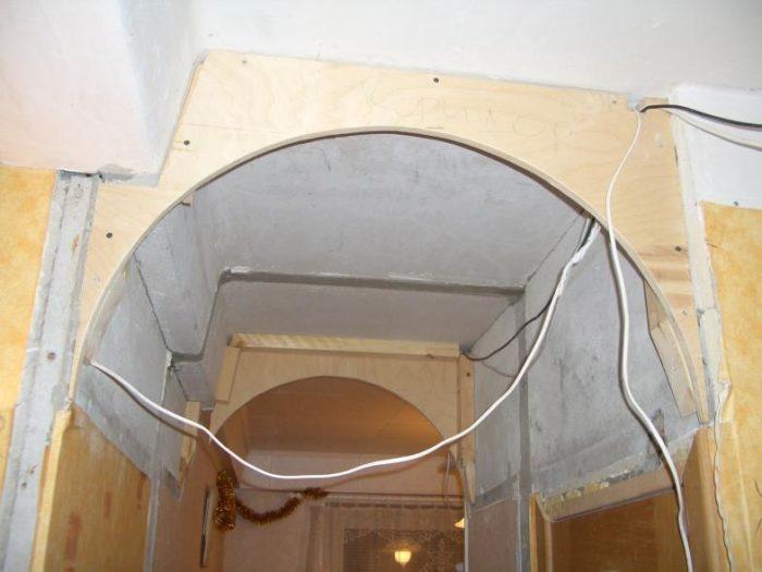 Арку отделывают по заранее сделанным шаблонам из фанеры