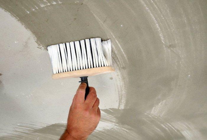 Грунтовка – обязательная процедура для укрепления гипсового основания