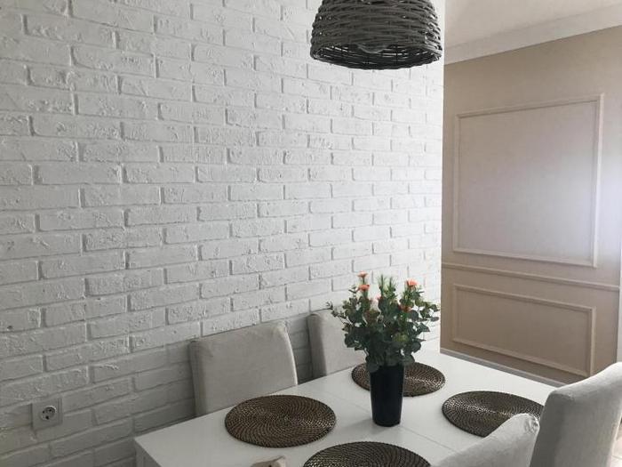 Кирпичная стена хорошо вписывается практически в любой интерьер