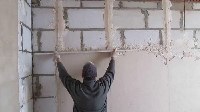 Маяки при штукатурке стен дают возможность получить ровную плоскость