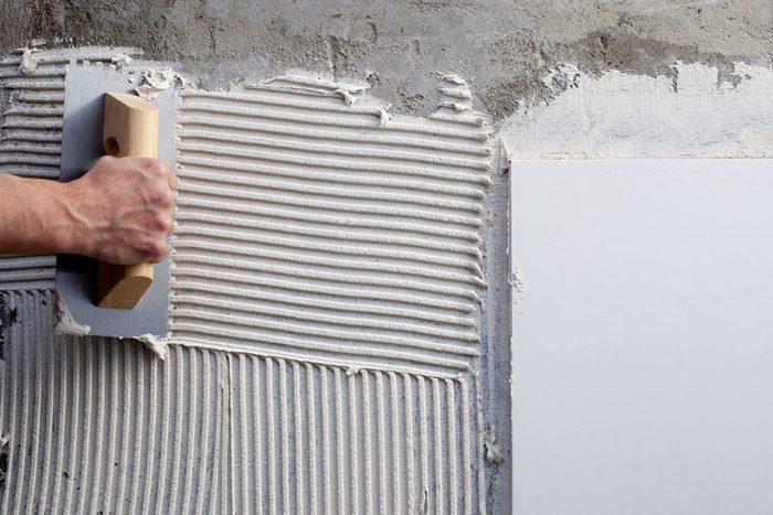 Плиточный клей наносится тонким слоем, чтобы не создавать лишнюю нагрузку