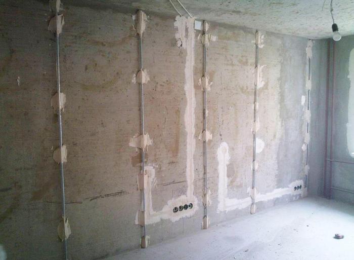 Чаще всего маяки устанавливают вдоль всей длины требующих оштукатуривания стен