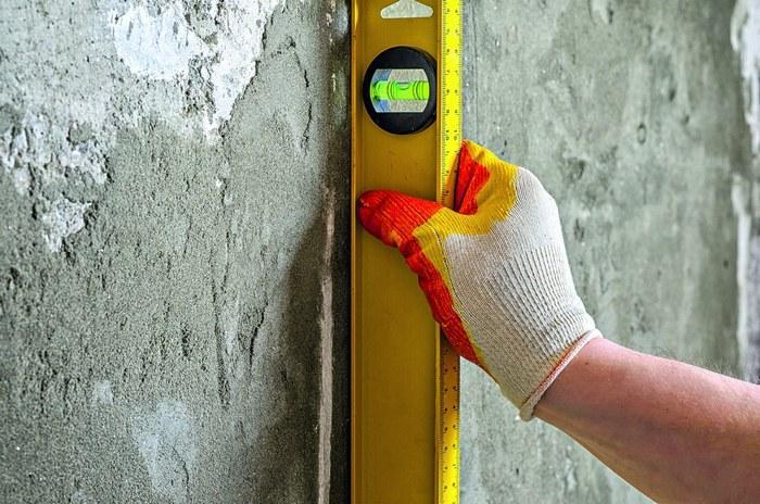 Чтобы определить степень неровности поверхности, используют длинное правило, уровни и отвесы