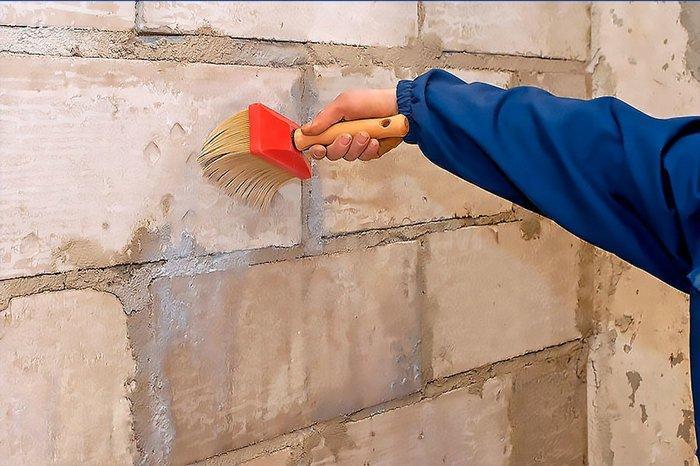 Для начала требуется очистить рабочую поверхность, чтобы раствор прилегал максимально плотно
