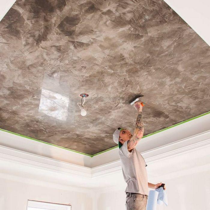 Для придания квартире уникальности применяется декоративная штукатурка потолка