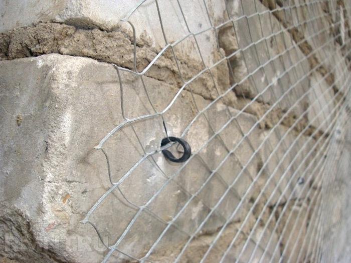 Если планируется нанесение толстого слоя, рекомендуется использовать металлическую сеть