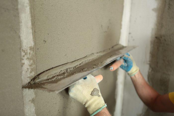 Главное достоинство метода – ровная поверхность оштукатуренных конструкций