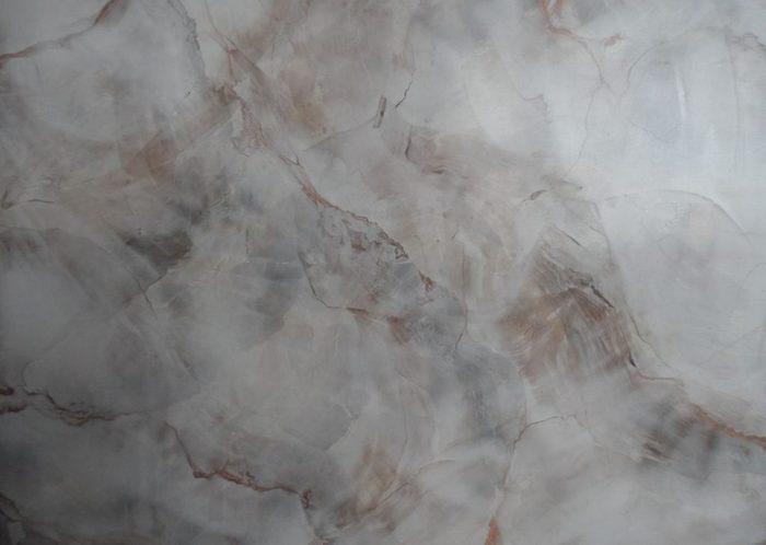 Нанесение венецианской штукатурки под мрамор необходимо выполнять произвольными штрихами