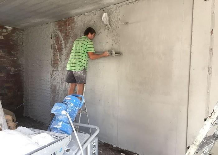 Оштукатуривание по маякам позволяет добиться максимально качественного выравнивания поверхностей