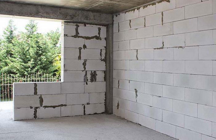 Оштукатуривание следует выполнять не раньше, чем через 30 дней после возведения коробки здания