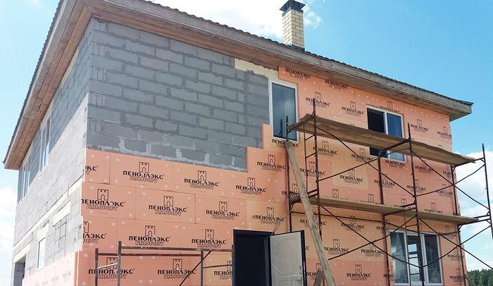 Перед тем, как штукатурить пеноблоки, нужно позаботиться о теплоизоляции стены