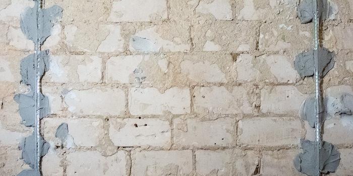 Первые два маяка устанавливаются по обоим краям стены